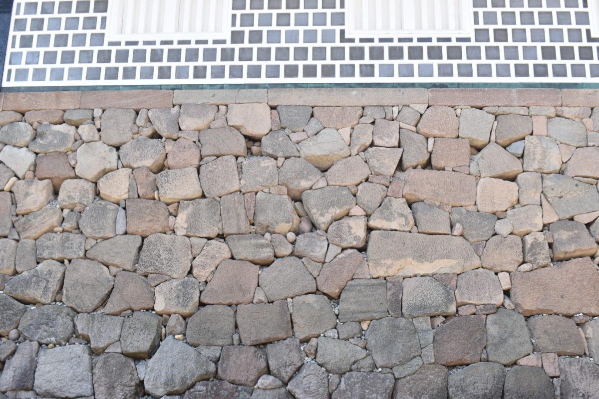 石川門の石垣(粗加工石積み)
